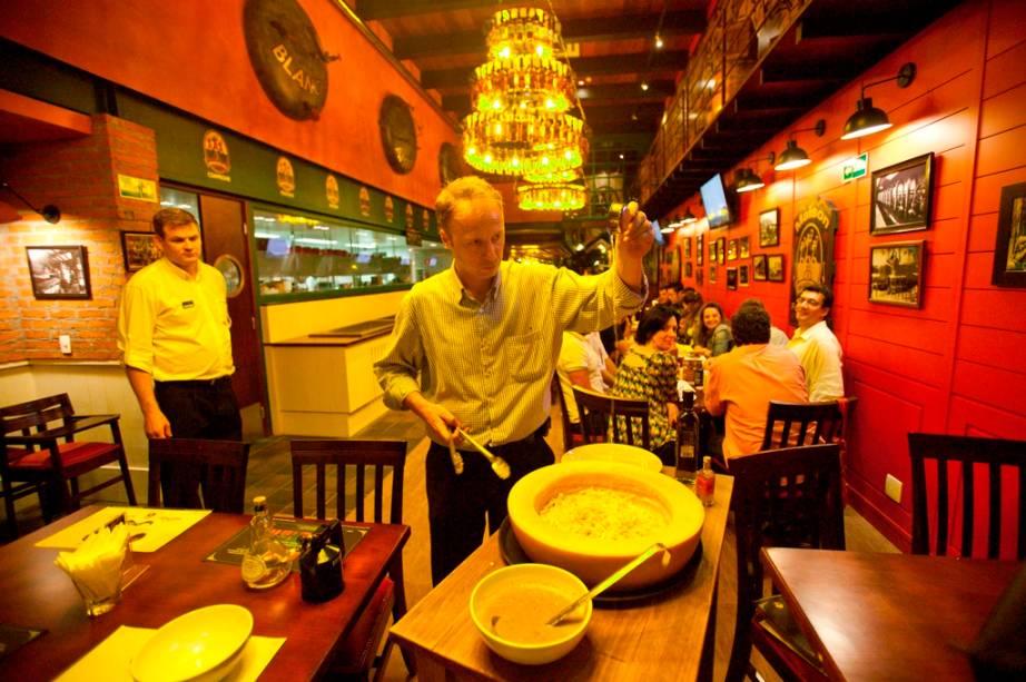 Laurens Defour, chef e sócio do Les 3 Brasseurs prepara o La Parmigiana