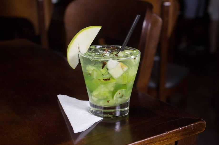 Outra opção de caipirinha, a guardião leva maçã verde, cravo-da-índia e cachaça Espírito de Minas