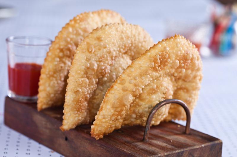 Pastéis de berbigão (tipo de molusco) com bordas recheadas de pirão