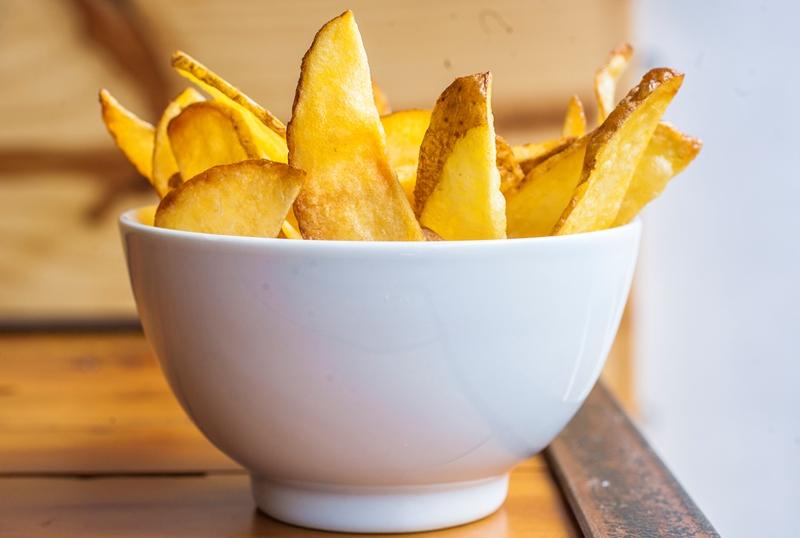 Em generosa porção com casca, a batata frita dá para até duas pessoas