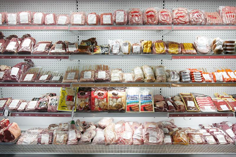 No açougue, os cortes são resfriados, nunca congelados, e expostos já em porções
