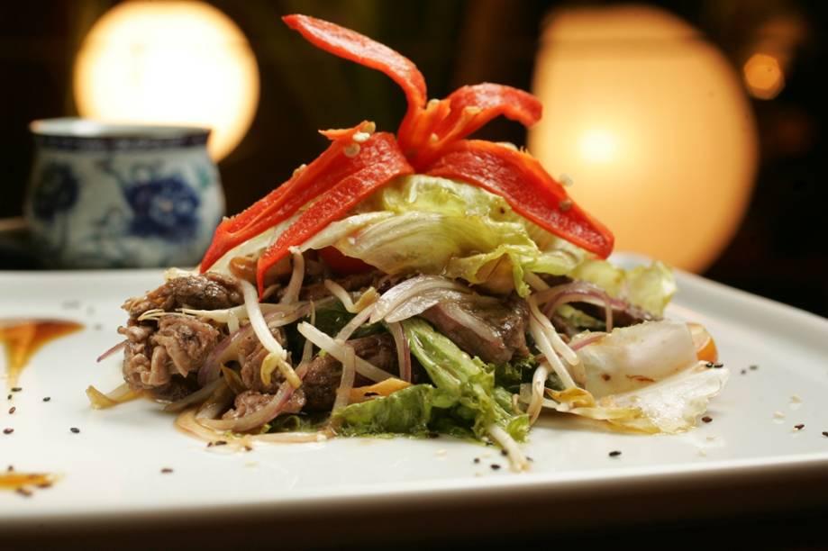 Salada vietnamita de filé, broto de feijão, castanha-de-caju e alface-americana