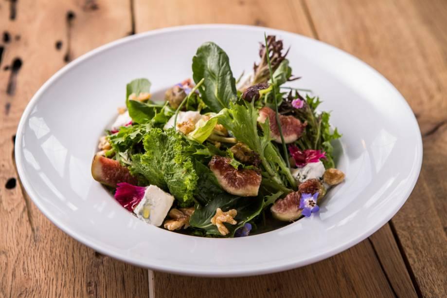 A salada folhas variadas com queijo pode servir de entrada ou acompanhamento