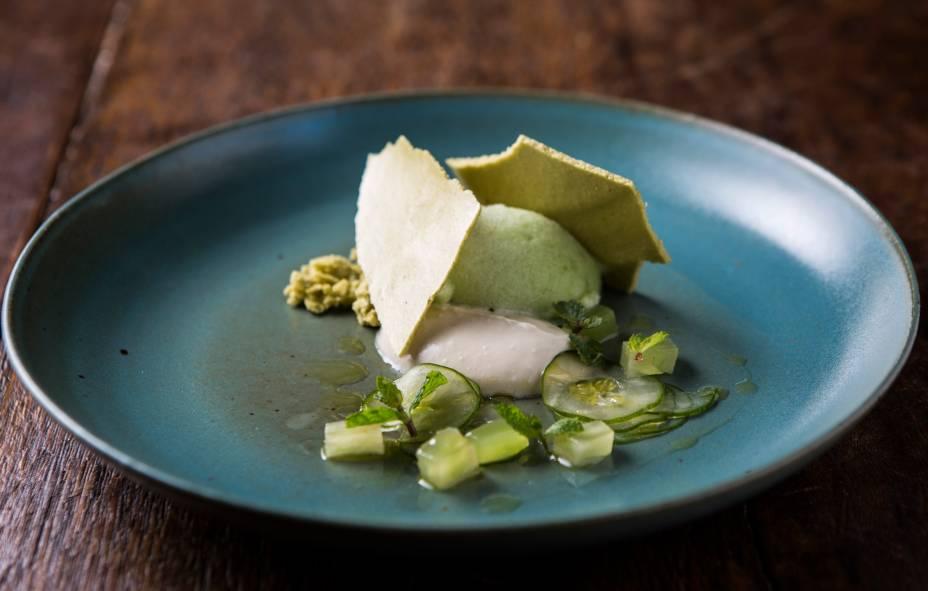 A moderna salada de pepino vem com um sorbet, musse de iogurte, uva verde e e adocicadas placas de hortelã
