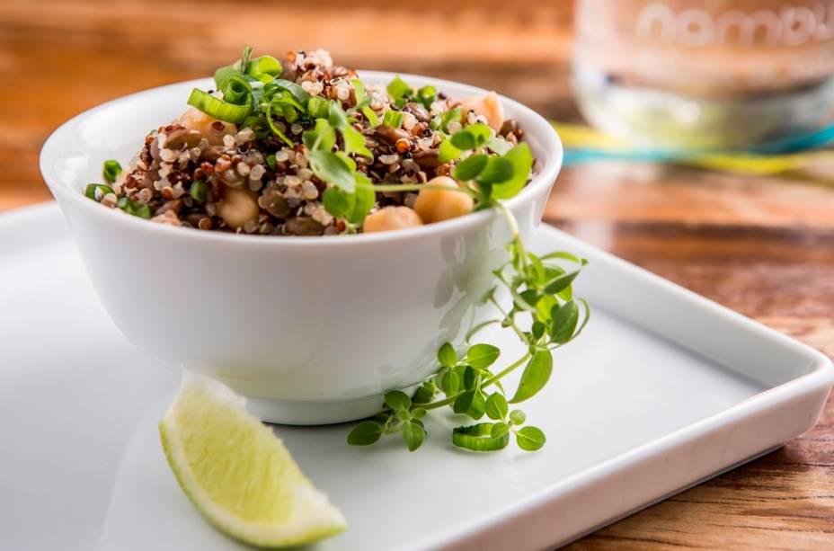 Para começar, a salada de quinoa, grão-de-bico, lentilha, hortelã e gergelim