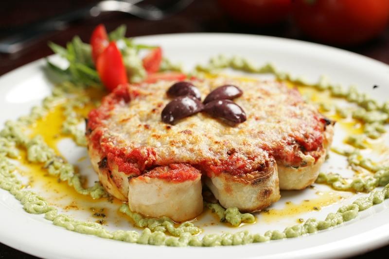O panne della nonna lembra uma rosca formada por rolinhos recheados de calabresa artesanal, tomatinho, parmesão e salsinha<br />