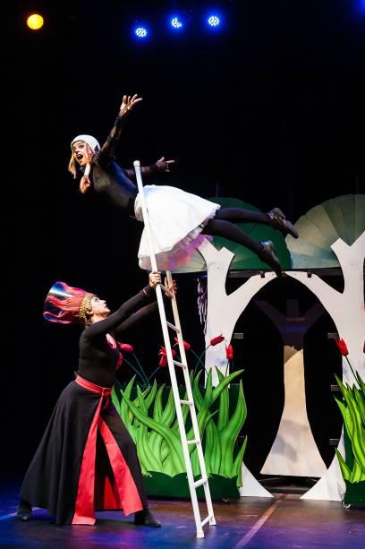 Adriana Telg (Rapunzel) usa técnicas de circo em acrobacias na escada