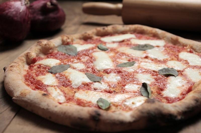 Margherita: molho de tomate, mussarela de búfala e manjericão