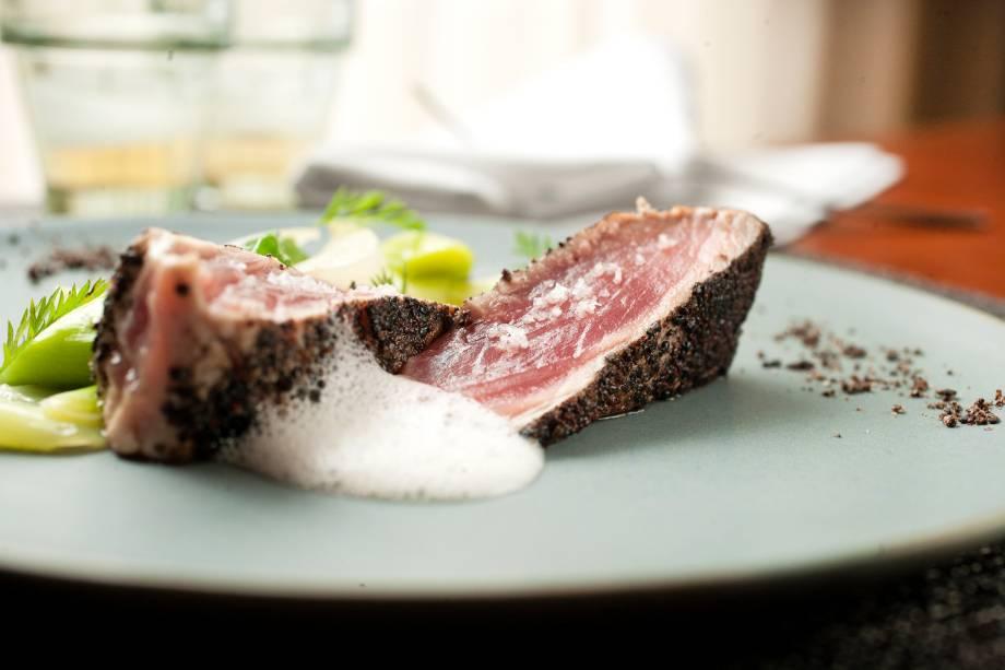 Opção de entrada, o atum leva uma crosta de cacau e gergelim