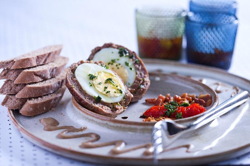 Bolinho de carnes bovina e suína recheado com um ovo de galinha inteiro