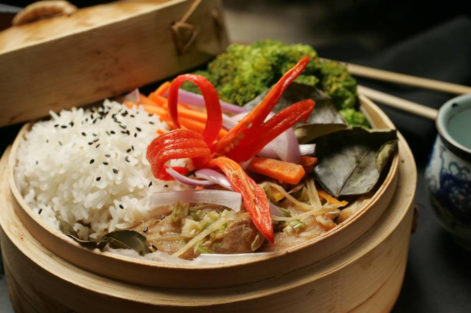 Peixe do dia ao molho cítrico com arroz e hortaliças, como brócolis