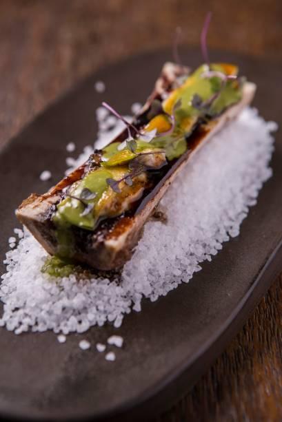 Sobre tutano, as ostras são carameladas com maçã verde e regada por molho de agrião