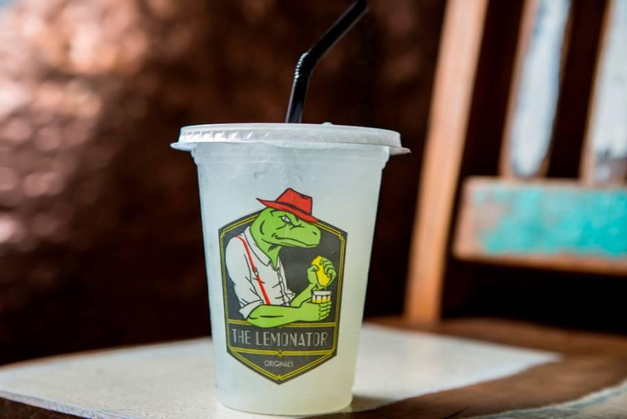 A limonada é servida no copo de plástico