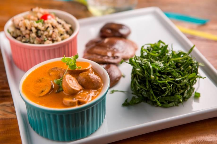 Estrogonofe de cogumelo-de-paris com páprica mais cogumelo shiitake e arroz-cateto