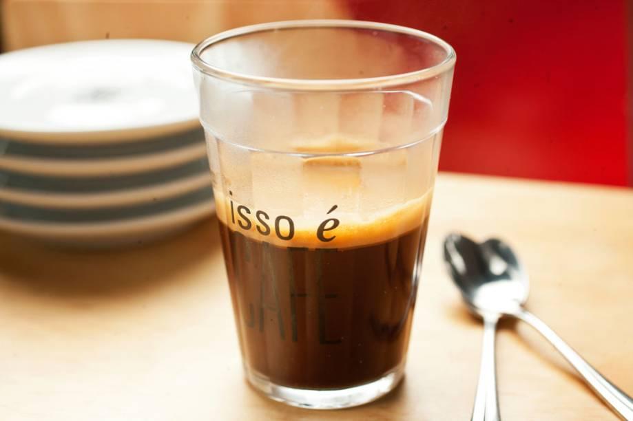 Servido em copo americano, o café coado é outra sugestão da casa