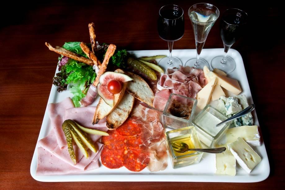 Tábua Bistrot: queijos, embutidos, picles, mini baguete e degustação de vinhos