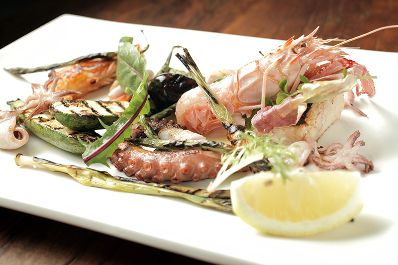 Grelhado dos pescadores: lula, camarão, lagostim e peixe branco com vegetais no azeite
