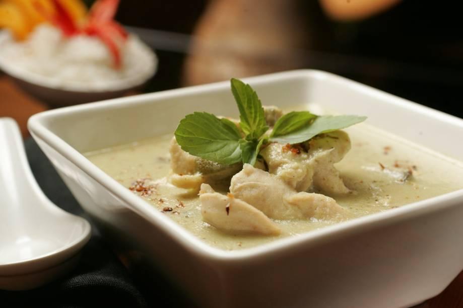 Curry verde de frango na companhia de arroz coberto por fatias de manga fresca