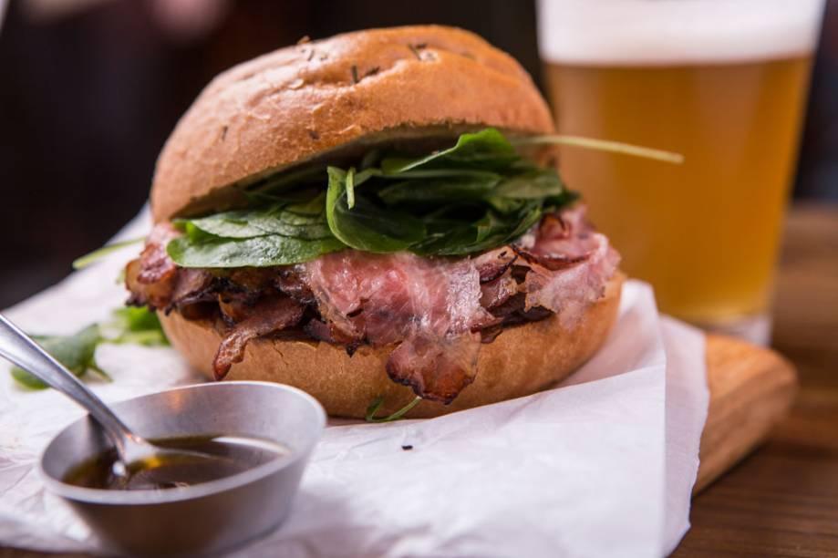 Ataque o sanduba blue punch, de pancetta curada no melaço, cebola caramelada, queijo azul de ovelha e agrião na focaccia