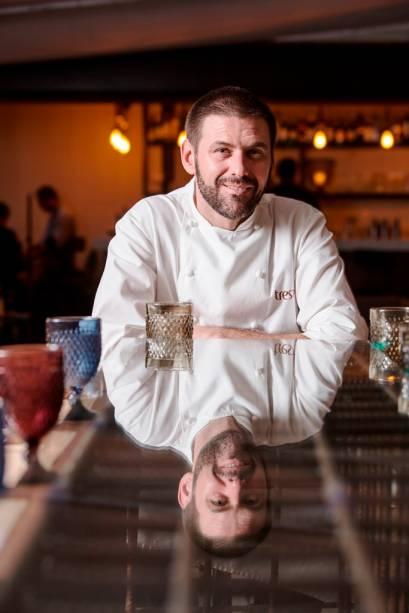Quem supervisiona a grelha é o chef argentino Alejandro Peyrou