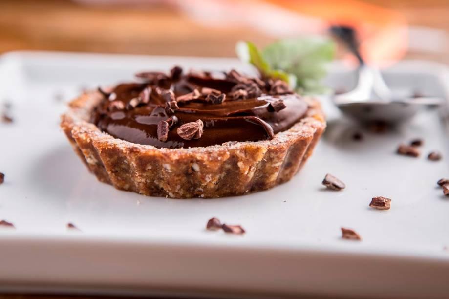 De sobremesa, a torta crua de tâmara e farinha de amêndoa preenchida por musse de abacate e cacau é para pedir sem culpa