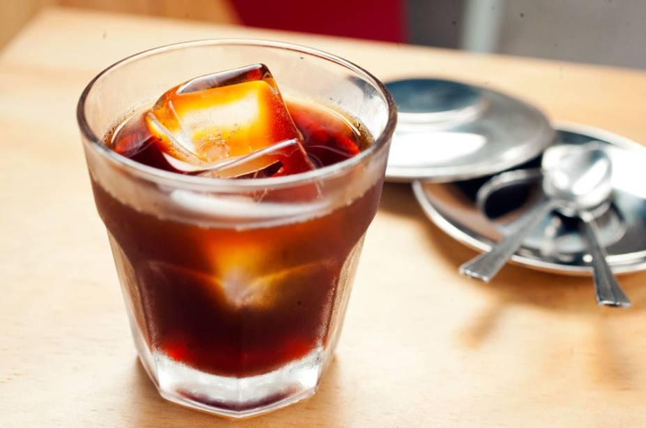 Cold brew extraído lentamente a frio, vem em copo baixo com gelo
