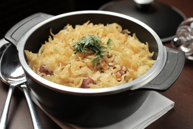 O arroz parrillero, mexidinho com ovo, linguiça picante e batata palha