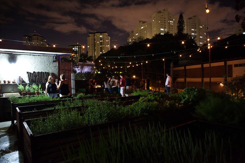 Terraço do bar, que abriga uma horta e mesinhas