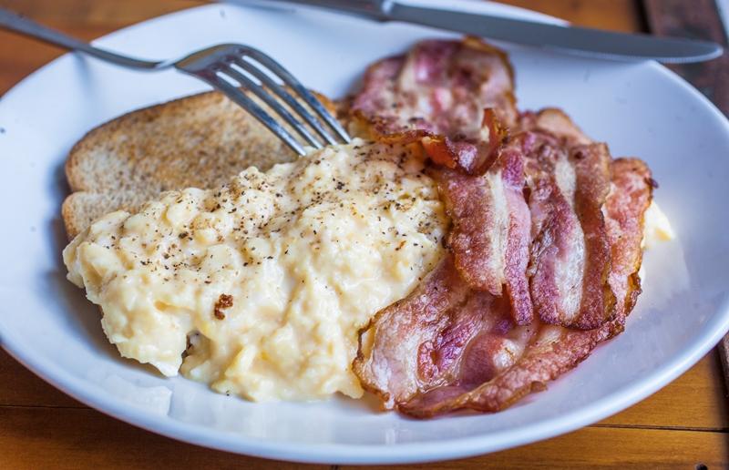Os ovos com bacon são servidos até as 11h30