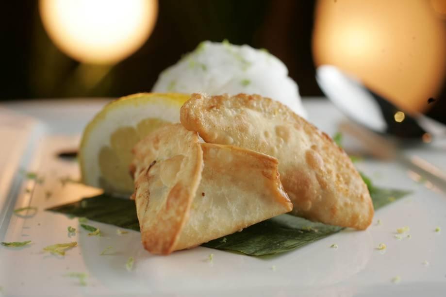Wan-ton de mamão papaia verde com sorvete de limão servido de sobremesa