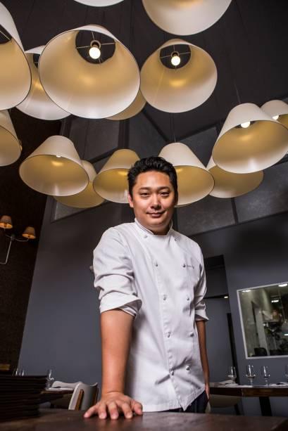 Com carreira em Santos, o chef André Ahn trabalha em um cozinha envidraçada