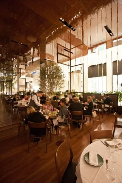 O charmoso salão é assinado pelo arquiteto americano Eric Carlson, radicado em Paris, e tem uma alameda de orquídeas