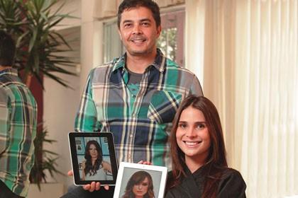O cabeleireiro Júlio e a atriz Carolina: looks selecionados no tablet