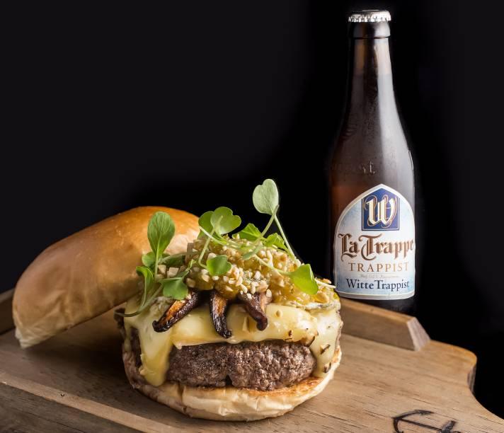 Burger no Quintal: hambúrguer feito de gado da raça hereford com queijo brie, shiitake defumado e chutney de laranja kinkan (R$ 35,00)