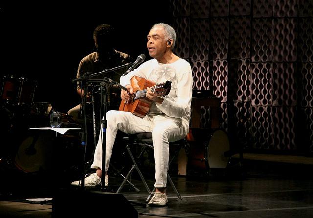Gil: banquinho e violão, ao estilo do homenageado