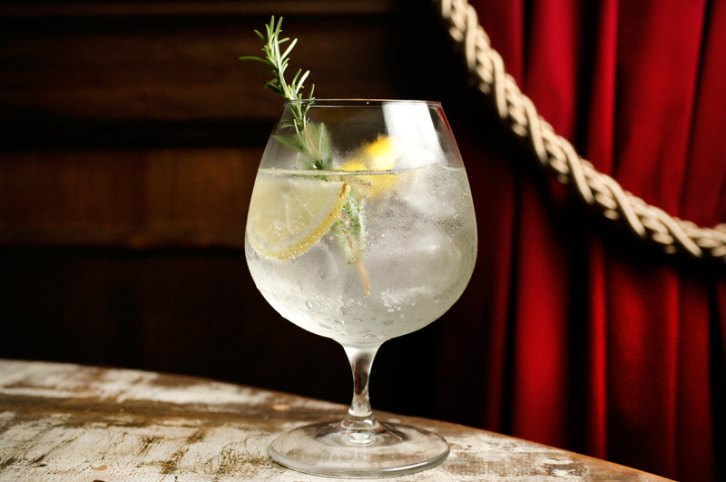 O drinque combina gim tônica, limão-siciliano, grapefruit e ervas