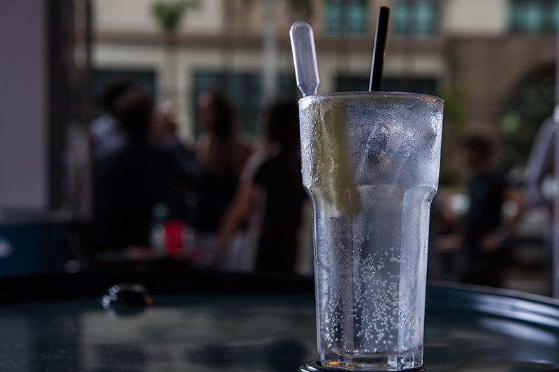 O gim-tônica traz uma pipeta acoplada para que o freguês dose a quantidade de suco de limão desejada