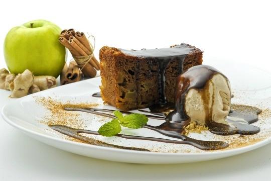 Ginger Apple: bolo de maçã servido quente com um suave toque de gengibre e mel, acompanhado de sorvete de canela e calda de açúcar mascavo, no Wraps