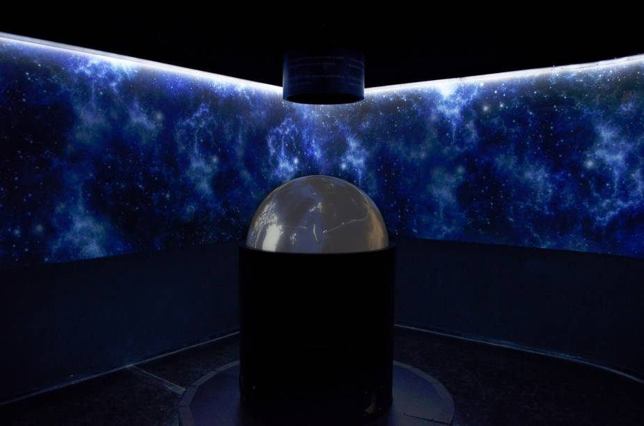 Globo interativo: apresenta características de astros do sistema solar e permite que a criança explore os planetas, as luas e o Sol