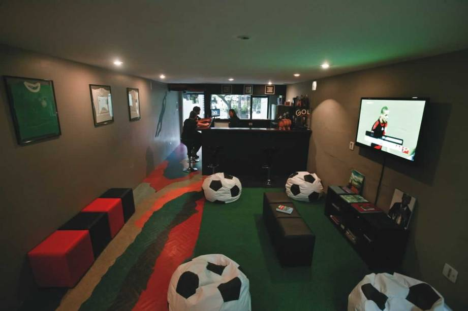 Entrada do hotel: camisas de times e pufes com formato de bola de futebol