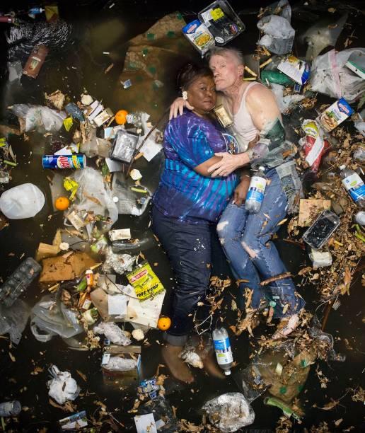 Obra do artista Gregg Segal representa famílias com o lixo que produzem em sete dias