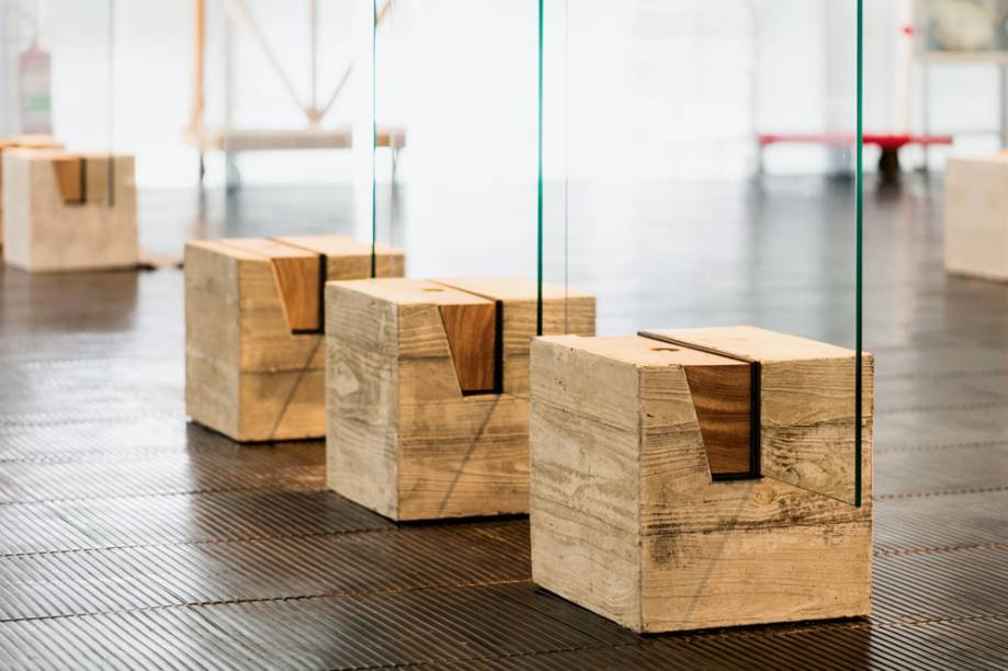 Detalhe dos cavaletes formado por bloco de concreto, madeira e vidro
