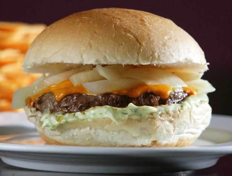 O sanduíche mathias, da Hamburgueria do Sujinho: 160 gramas de carne mais queijo cheddar e cebola assada
