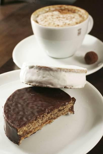 Alfajores com cobertura de chocolate e de merengue