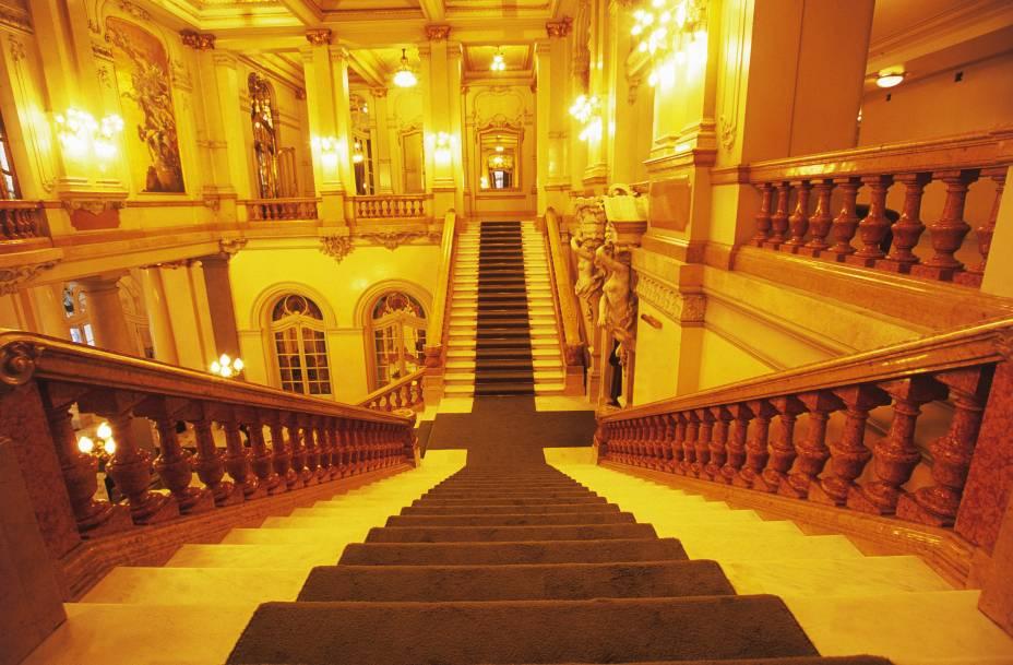O teatro, de 1911, é obra do escritório de Ramos de Azevedo, que bebeu na fonte francesa em seus mais de 500 projetos na cidade — incluindo o Mercado Municipal