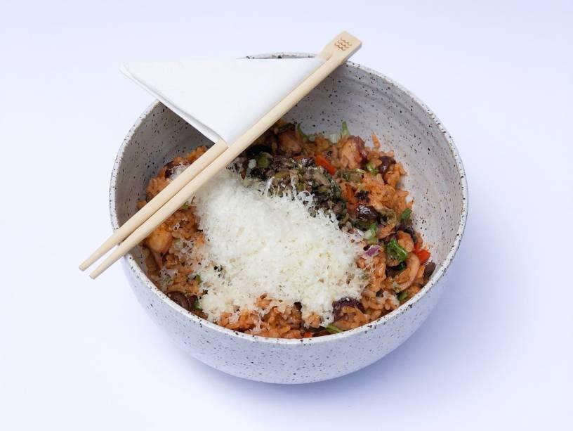 Pedida quente: arroz japonês misturado a polvo, tomate, tapenade de azeitona preta e parmesão