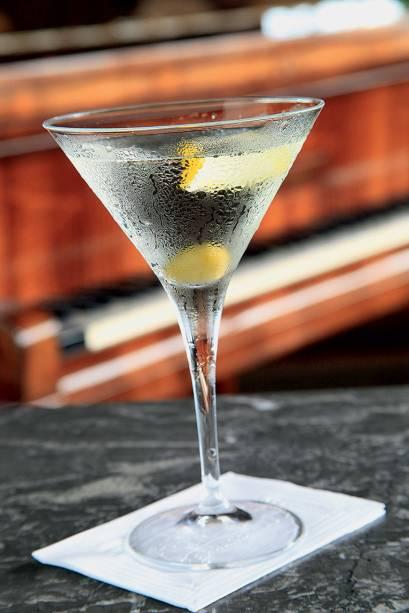 Bebida que mistura gim, vodca e vermute branco