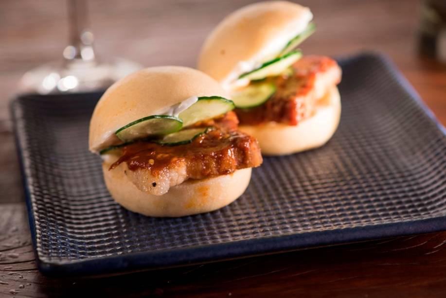 Hirá buns (R$ 15,00), do Hirá Ramen Hizakaya: pão chinês com barriga de porco, pepino e aioli de leite