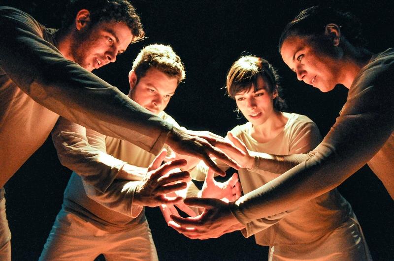 Quatro atores atuam simultaneamente num espaço de apenas 2 metros quadrados
