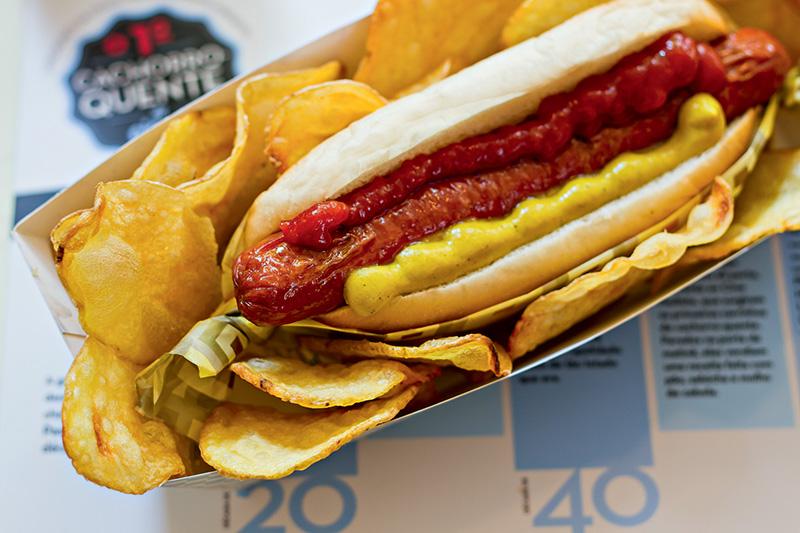 Sanduíche com ketchup, mostarda e batata chips